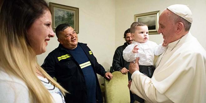 El papa Francisco bautizó al hijo de su amigo cartonero