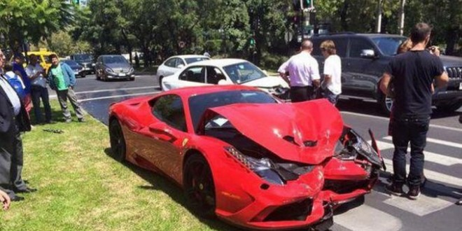 Compró un Ferrari y lo chocó apenas salió de la concesionaria