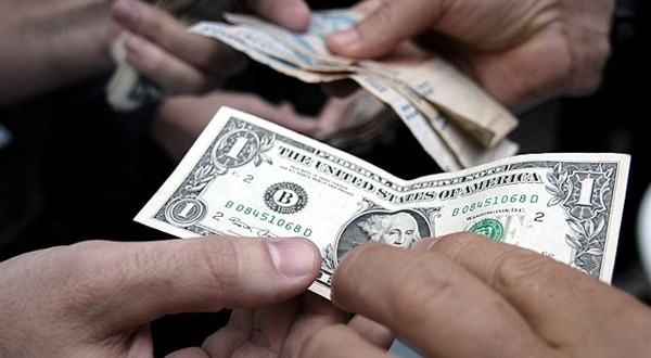 """El dólar """"blue"""" se desploma a 14,73 pesos"""