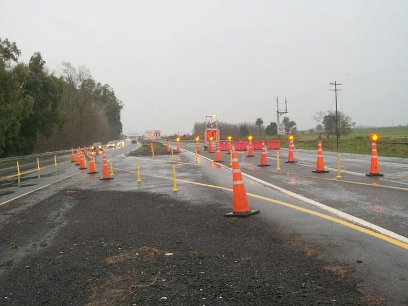 Ruta 2 deteriorada: baches, carriles bloqueados y hasta un puente roto