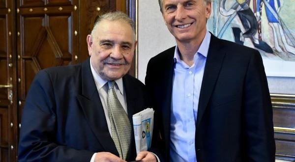 Macri le entregó la credencial al periodista Roberto Di Sandro