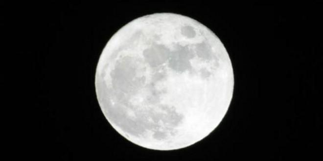 Esta noche, se juntarán la Luna y una estrella roja gigante