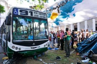 Al menos ocho heridos por un colectivo que irrumpió en el acampe de Plaza de Mayo