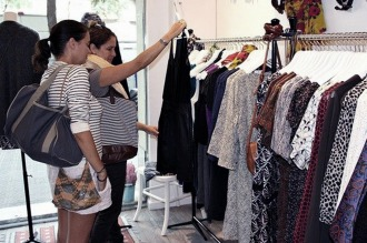 Los argentinos ahorran comprando alimentos más baratos o menos ropa