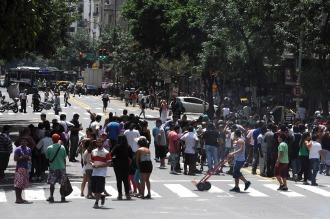 Manteros cortan tres carriles de Acoyte y Rivadavia en protesta por los desalojos