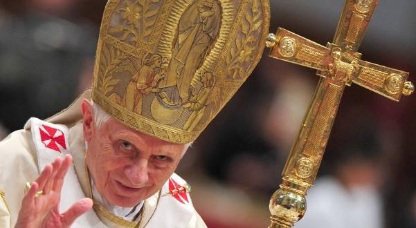 """Benedicto XVI """"se está apagando lentamente como una vela"""""""