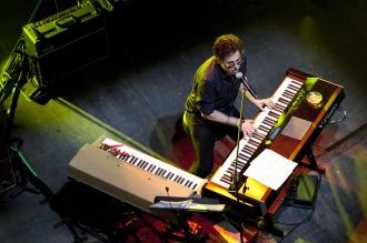 Calamaro, al piano, entre canciones propias y ajenas