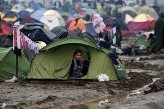 Cientos de refugiados desafían la frontera y cruzan de Grecia a Macedonia
