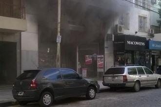 Cinco dotaciones de bomberos combaten un incendio en una perfumería