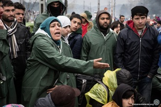 Desesperados, refugiados buscan rutas alternativas por los cierres de frontera