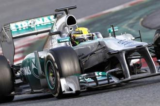 """Hamilton inició la defensa del título con su """"pole"""" número 50 y largará primero"""