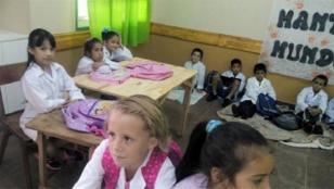 Inauguran escuela sin muebles y niños se sientan en piso