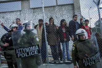 La isla de Lesbos, de refugio a prisión de refugiados