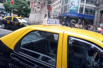 Los taxis porteños repartirán volantes informativos para combatir el dengue