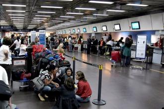 Aerolíneas y Austral: cancelaciones y demoras por un reclamo de remiseros