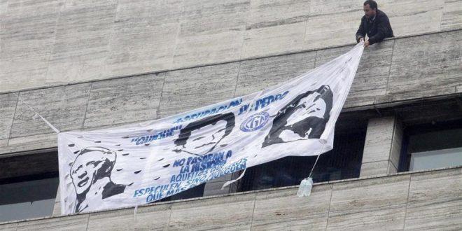 Detuvieron a dos empleados judiciales por colgar banderas en Comodoro Py