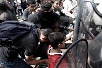 La policía macedonia reprimió a refugiados en la frontera con Grecia