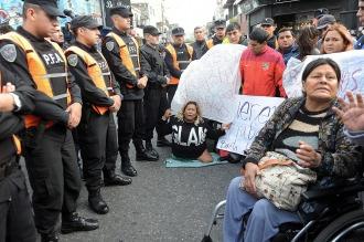Los manteros cortan la calle Avellaneda en protesta por el operativo de desalojo