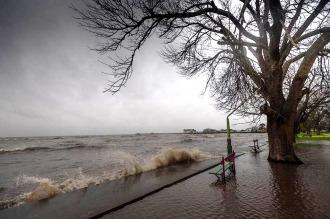 Alerta por sudestada: anegamientos y evacuados en municipios del conurbano