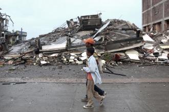 Rescataron a un hombre vivo atrapado entre los escombros en Ecuador