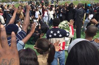 Absuelven al policía de Baltimore por la muerte del joven negro hace un año