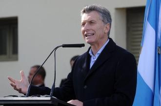 Macri anuncia créditos, asciende militares y va a la Bolsa de Cereales