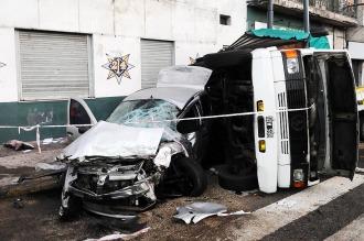 Un conductor de 28 años murió al chocar su auto con un camión en Constitución