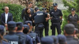 Encuentran a dos policías revisando el despacho de Vidal