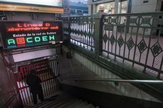 """La Línea B está paralizada por una huelga y Metrovías tilda la medida de """"ilegal"""""""