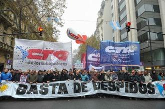 Las dos CTA piden la unidad para ir a un paro nacional contra los despidos y tarifazo