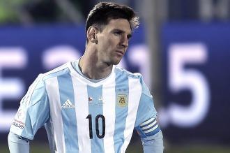 """Maradona: """"Hay muchos boludos que no saben patear una pelota y critican a Messi"""""""