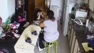 Video: filmó a la niñera que golpeaba a su hermano