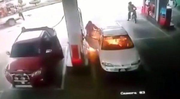 Video: Se prendió fuego auto en estación de servicio con un niño dentro