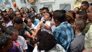 Teo Gutiérrez se desmayó durante el entierro de su abuela