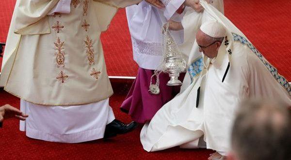 Video : El Papa Francisco tropezó y cayó al suelo en Polonia