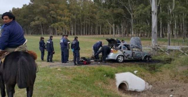 Encuentran un cuerpo con una herida de bala en la cabeza tirado al lado de un auto que se prendía fuego en la ruta 2