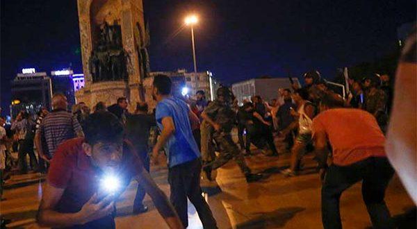 VIDEO: Militares disparan contra civiles en Estambul