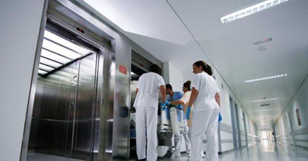 ¿Por qué no hay espejos en los ascensores de los hospitales y sanatorios?