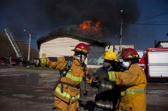 Alarma y un herido en Bariloche por un incendio con emanaciones tóxicas