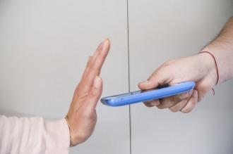 Cómo vive el pequeño ejercito de resistencia que no usa teléfono celular