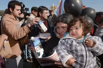 Como protesta, tamberos de Rafaela reparten leche gratis
