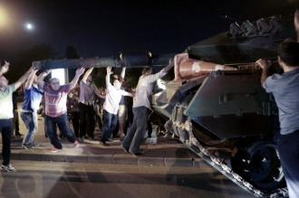Detienen a 3 diplomáticos turcos por su supuesto apoyo al intento de golpe