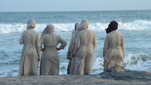 Facebook bloqueó cuenta por foto de monjas en la playa