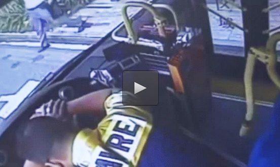 Video: Chofer de bus muere al volante y los pasajeros toman el control