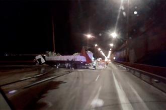 Demoras por un camión colgado del puente Zárate-Brazo Largo