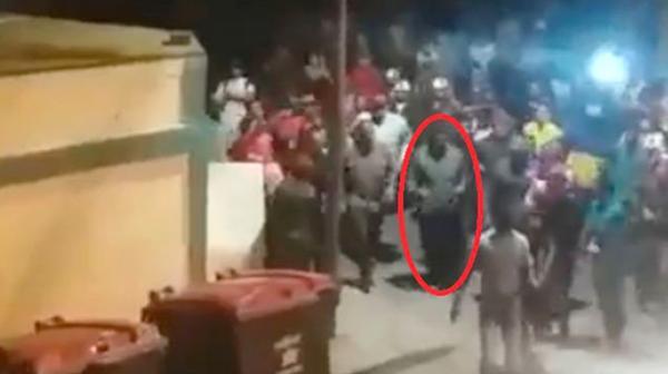 Nicolás Maduro caminando
