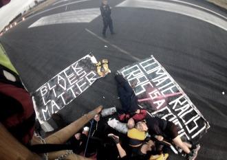Suspenden vuelos en un aeropuerto de Londres por una protesta antirracista
