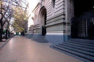 Suspenden las clases en el Nacional Buenos Aires por la rotura de un techo