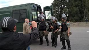 Violento desalojo de protesta en la Ruta 8 contra el peaje