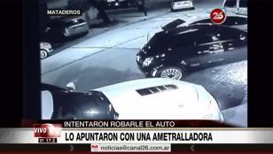 Para robarle el auto, le apuntan con ametralladora